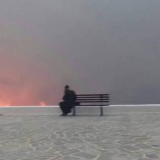 Φωτογραφια ιερωμένου διπλα στις φλόγες στο Μάτι (1)